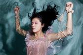 Femme dans l'eau en robe — Photo