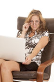 Donna portatile sguardo sopra occhiali sit — Foto Stock