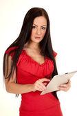 женщина красной рубашке таблетка серьезные — Стоковое фото