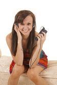 女性は座ってカラフルなドレスに直面してヘッドフォン — ストック写真