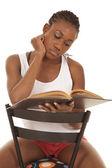 Tanque de mulher branca, ler livro mão pelo rosto — Foto Stock
