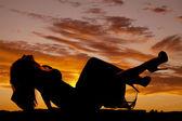 Mujer de silueta en patas traseras cabeza vestido para arriba — Foto de Stock