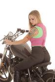 Mujer del tatuaje motocicleta sit mira hacia abajo — Foto de Stock