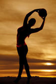 Silhouette woman volleyball arch to right — Stockfoto
