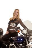 Vrouw been over vestigingsplaats van motorcyle — Stockfoto