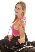 Mujer del tatuaje motocicleta sit sonrisa al revés — Foto de Stock