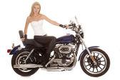 женщина сидеть на мотоцикле черные брюки серьезную — Стоковое фото