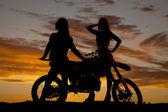 Silueta de dos mujeres preparen motos — Foto de Stock