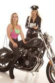 Mujer en moto haciendo un billete. — Foto de Stock
