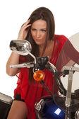 赤の女性トップ オートバイ ミラーを見てください。 — ストック写真