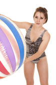 女性水着大きなボール前かがみになります。 — ストック写真