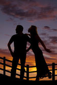 Silhouette woman try to kiss man — Stock Photo