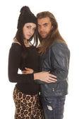 Vestiti caldi coppia abbracciano aspetto — Foto Stock