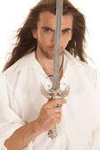 顔の前で剣男長い髪 — ストック写真