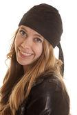 Sorriso di donna in pelle nelle vicinanze — Foto Stock