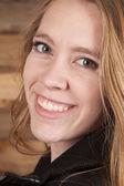 Donna cuoio legno sfondo vicino sorriso — Foto Stock