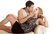Coppia sulla panchina vicino pronto a baciare — Foto Stock