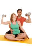 Paar sitzen flex gewichte zum lachen — Stockfoto