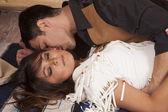 Cowboy en indiase vrouw lag kus nek kant — Stockfoto
