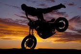 силуэт женщина мотоцикл ногу обратно покрышки, вверх — Стоковое фото