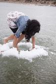 žena lezení v ledu díry — Stock fotografie
