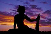 Sylwetka kobiety robi joga siedzieć trzymać nogi — Zdjęcie stockowe