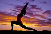 Investida de mulher de ioga silhueta ambos braços acima — Fotografia Stock