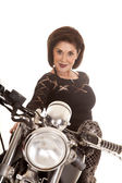 Starsza kobieta na motocyklu bliskie uśmiech — Zdjęcie stockowe