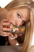 Vrouw jellybeans mond eten in kom — Stockfoto