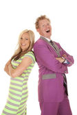 Мужчина и женщина в зеленом платье улыбается — Стоковое фото
