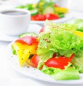 Ensalada de verduras con lechuga, pepino y pimentón — Foto de Stock
