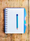Blocco note e una matita sul tavolo in legno — Foto Stock