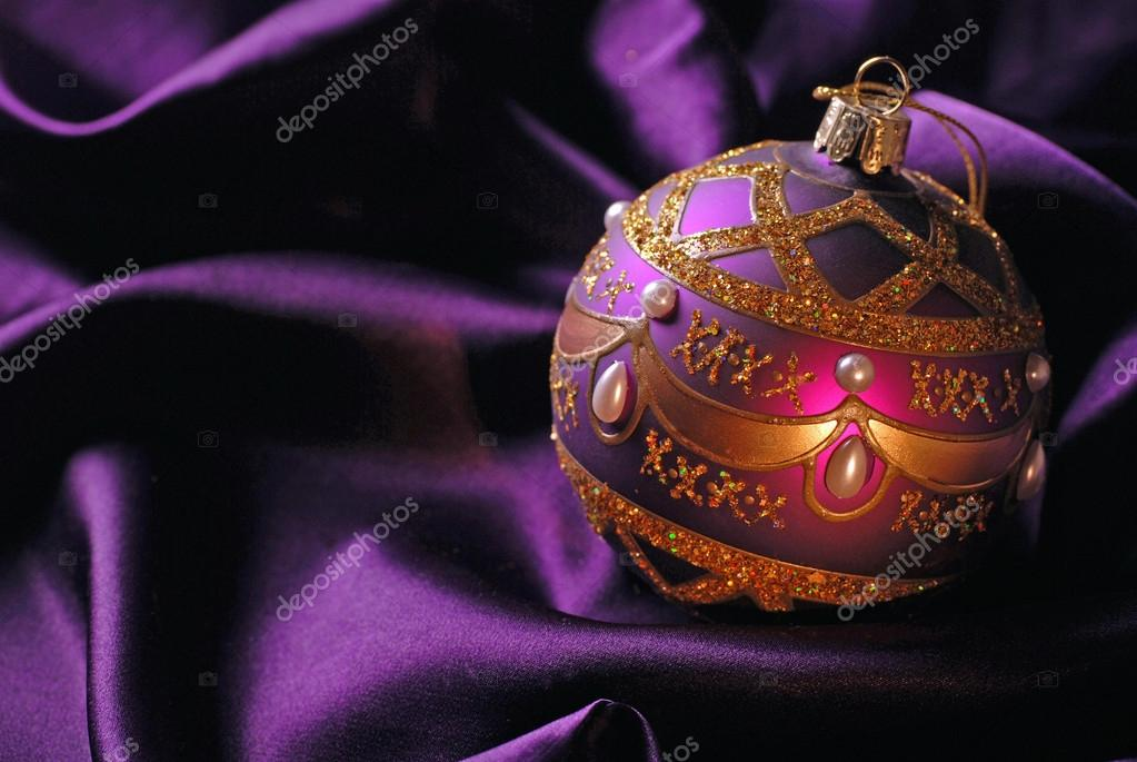 Violet Christmas ball on a shine background. Selective focus. — Zdjęcie stockowe #12013347
