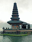 Buddyjska świątynia na jezioro bratan, bali, indonezja — Zdjęcie stockowe