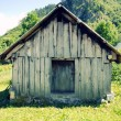 Foto Stock: Abandoned barn in mountain countryside