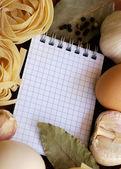 Książka kucharska z składników na makaron — Zdjęcie stockowe
