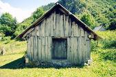 Verlaten schuur in berglandschap — Stockfoto