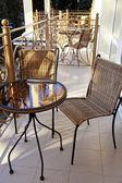 стол и стулья на балконе — Стоковое фото