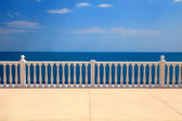 Terrasse avec balustrade surplombant la mer — Photo