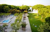 красивый парк с патио — Стоковое фото