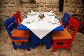 Restaurante ao ar livre com cadeiras e mesa de vermelha e azul — Fotografia Stock