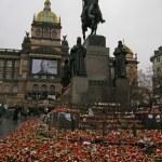 Vaclav Havel mourn in Wenceslas Square(Prague). — Stock Photo