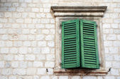 Window with green shutters in old wall (Italy) — Stock Photo