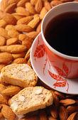 Café com biscoito em fundo de amêndoa — Foto Stock