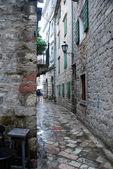 Narrow rainy european street — Stok fotoğraf