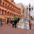 Street artists are showing and selling their pictures(Moscow) — Stock Photo
