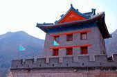 Pagoda china y banderas en la gran muralla (pekín, china) — Foto de Stock