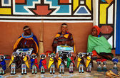 African ndebele women sell traditional dolls(South Africa) — Stock Photo