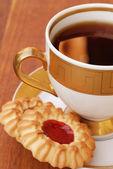 Xícara de chá com biscoitos — Fotografia Stock