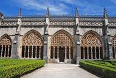 装飾的なゴシック様式のアーキテクチャと庭園 — ストック写真
